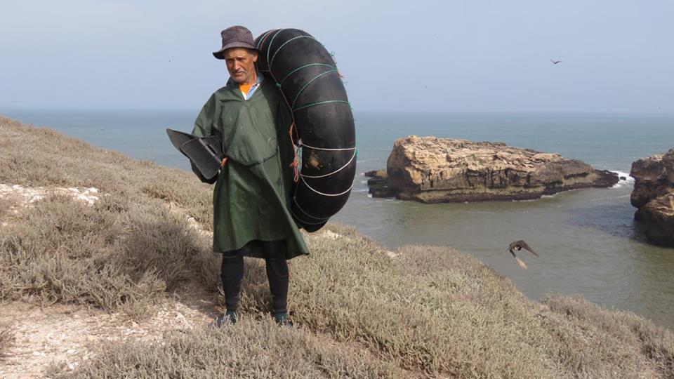 Le collaborateur de GREPOM, Mohamed Ber'ouz, s'apprêtant à accéder à l'îlot de Smiaat Firaoun.